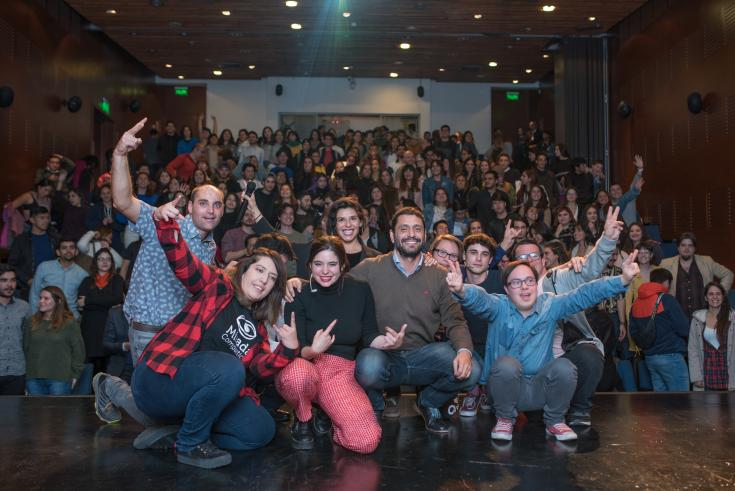 Actores de Merlí junto a participantes del taller.